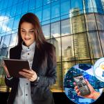 Eine Frau die vor einem Gebäude steht bei Paris, la Defence. Sie hält ein Tablet und auf den Bubbles sind ein Handy sowie die Icons der Mobile Building Services ersichtlich.